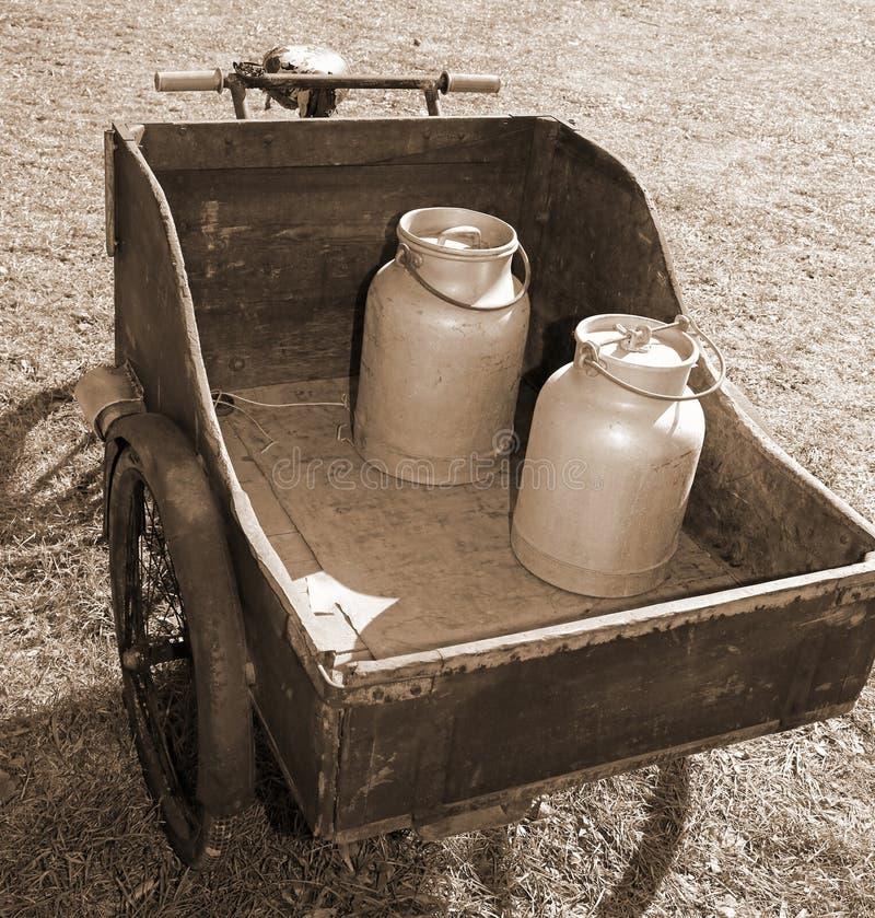 Trävagn med den gamla cykeln som transporterar mjölka precis leavened royaltyfria foton