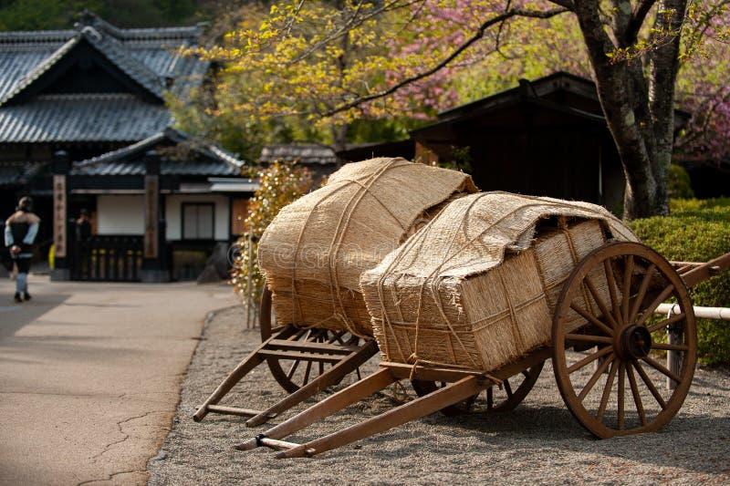Trävagnar och gamla hus skapar en atmosfär som Edo Period, Edo Wonderland arkivbild