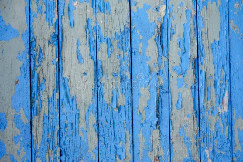 trävertikala bräden med sprucken gammal blå målarfärg för bakgrund royaltyfri bild