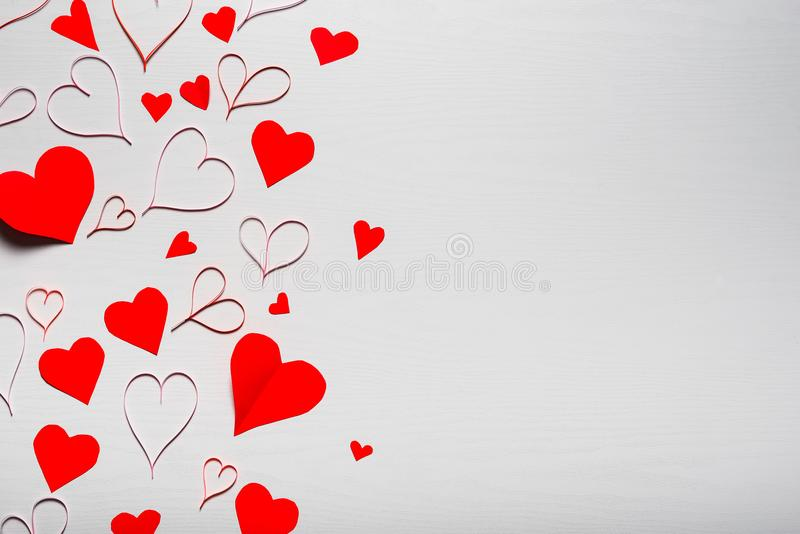 Trävit bakgrund med röda hjärtor Begreppet av Valentin vektor illustrationer