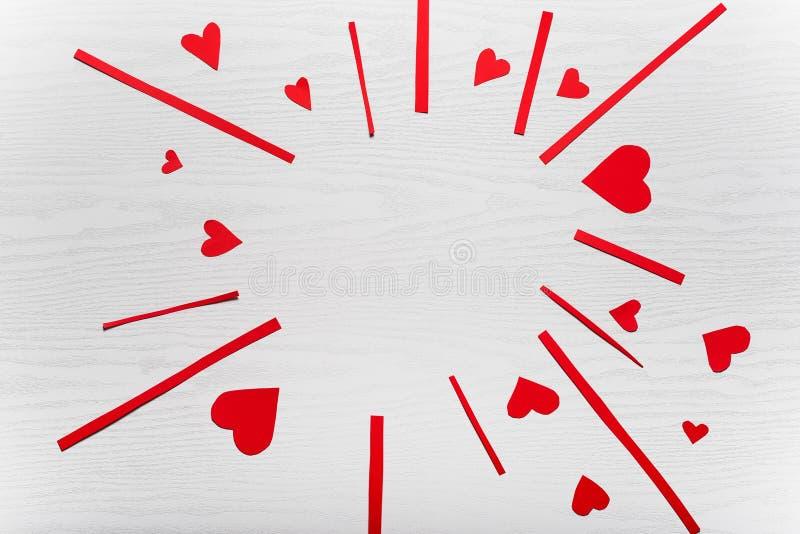 Trävit bakgrund med röda hjärtor Begreppet av Valentin royaltyfri illustrationer