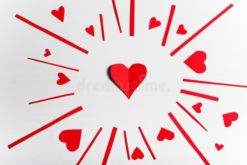 Trävit bakgrund med röda hjärtor Begreppet av Valentin stock illustrationer
