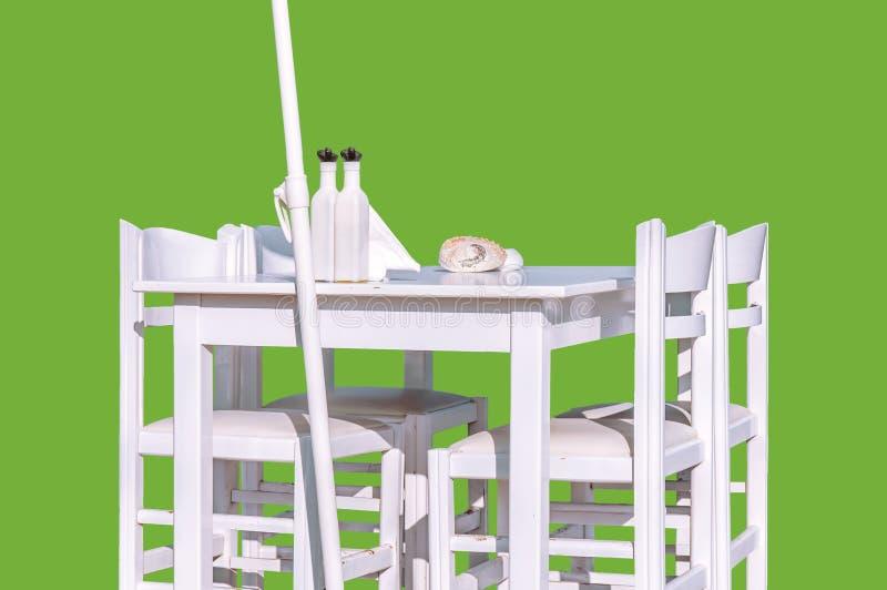 Trävit restaurangtabell med stol som fyra isoleras på gräsplan royaltyfri fotografi