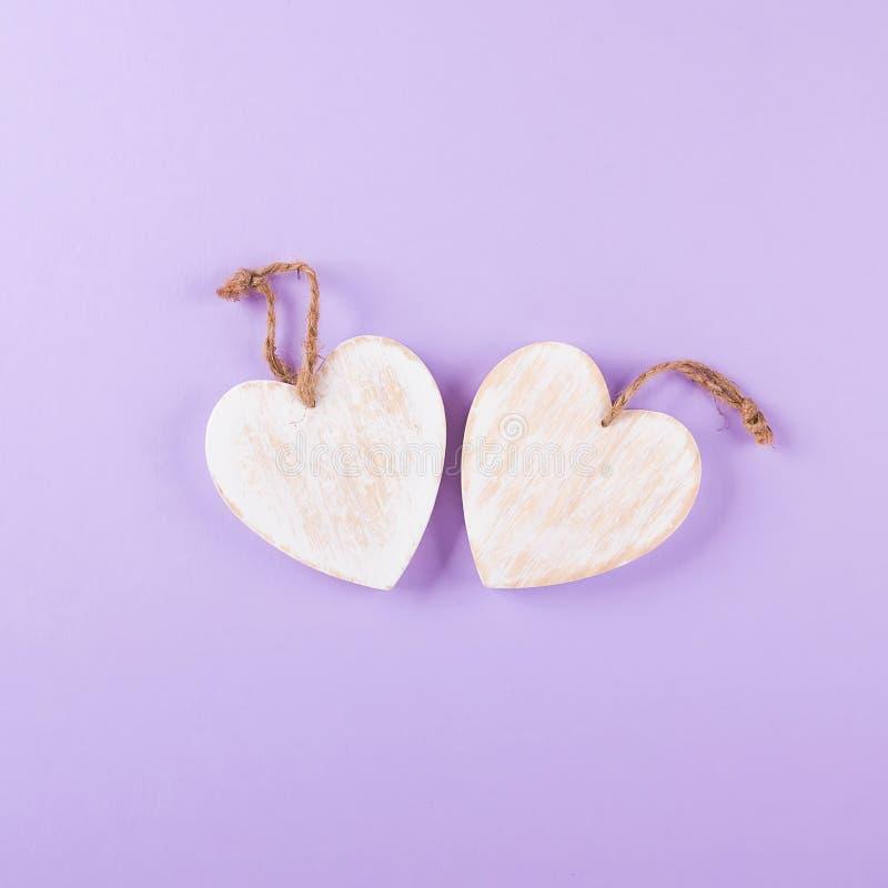 Trävita hjärtor, lantlig stil, purpurfärgad bakgrund, valentin dagdekor Bakgrund för bästa sikt arkivfoton