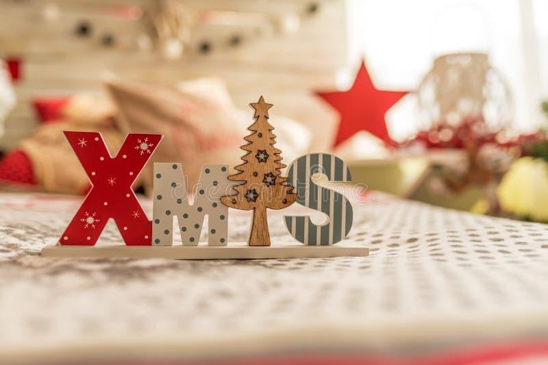 TräXMAS-ord och dekorativ julgran arkivfoto