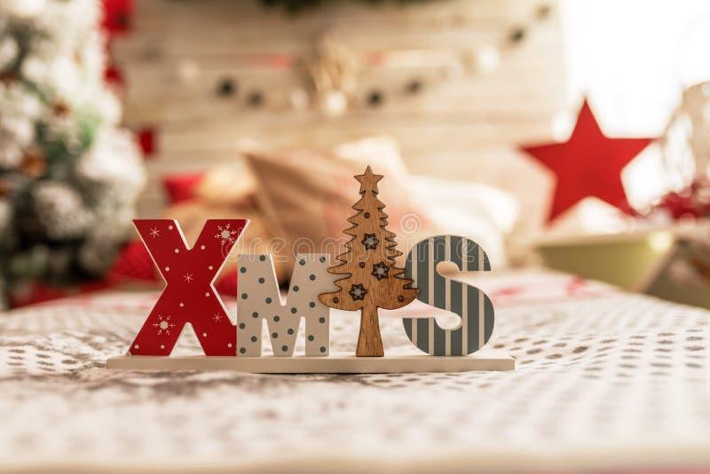 TräXMAS-ord och dekorativ julgran royaltyfri bild