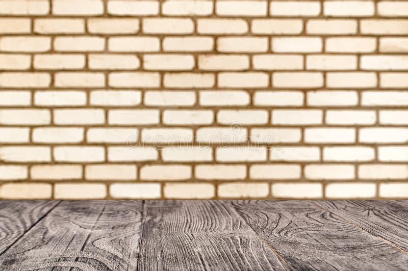 Träyttersida på bakgrunden av den deorated tegelstenväggen royaltyfri fotografi