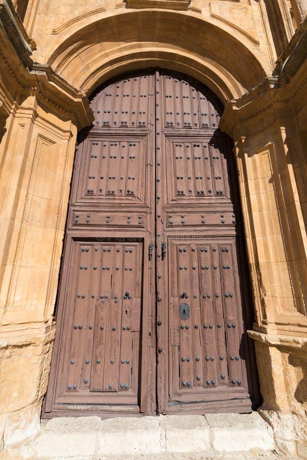 Träyttre dörr av församlingen Santa Ana i Penaranda de Duero royaltyfri fotografi