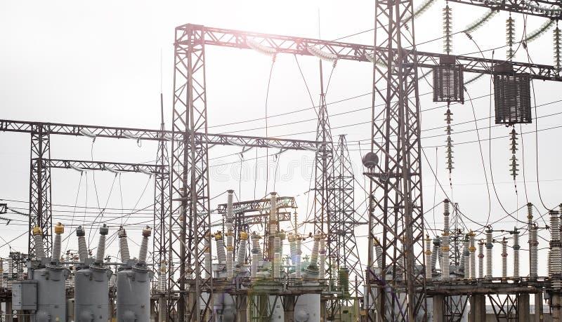 trådar för omformning för station för ström för kabelmultitudeväxt royaltyfri bild