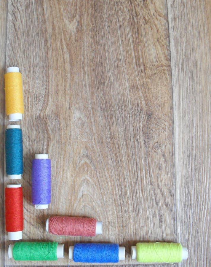 trådar inramar på träbakgrund arkivfoto
