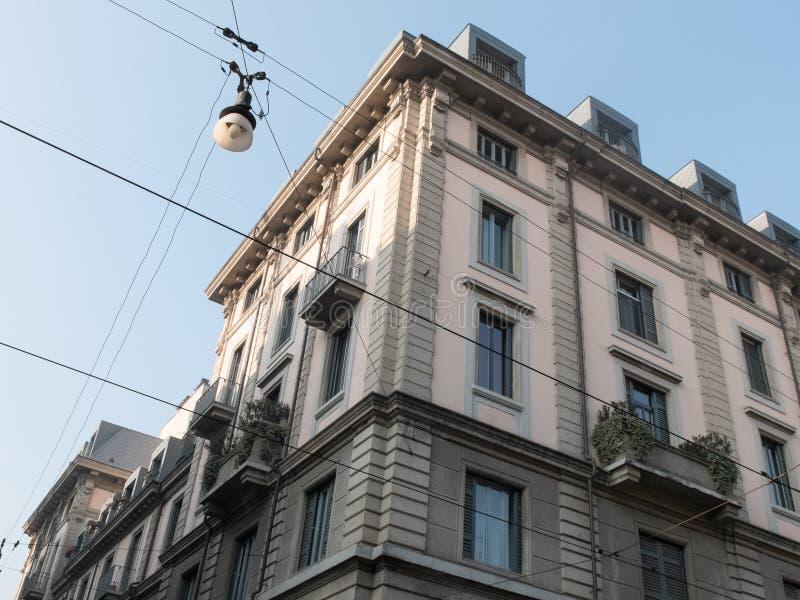 Trådar som framme korsar av stads- lägenheter royaltyfria foton
