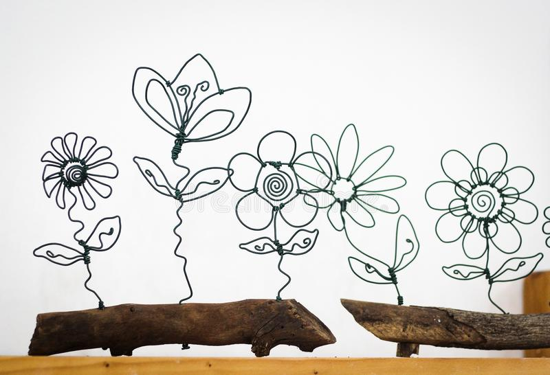 Trådblommor på en weoodenkruka arkivfoton