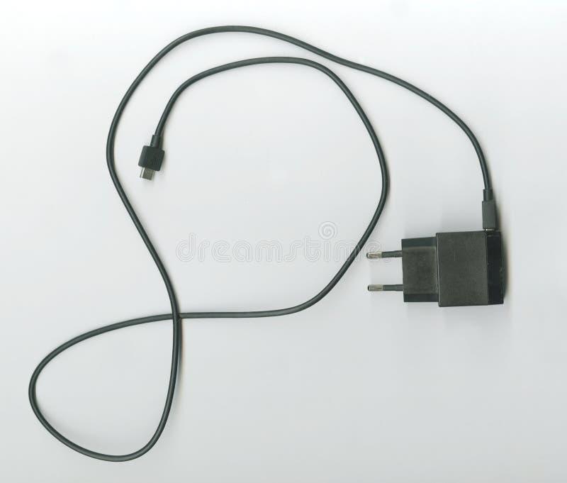 Trådusb som laddar med en strömförsörjningsadapter arkivfoto