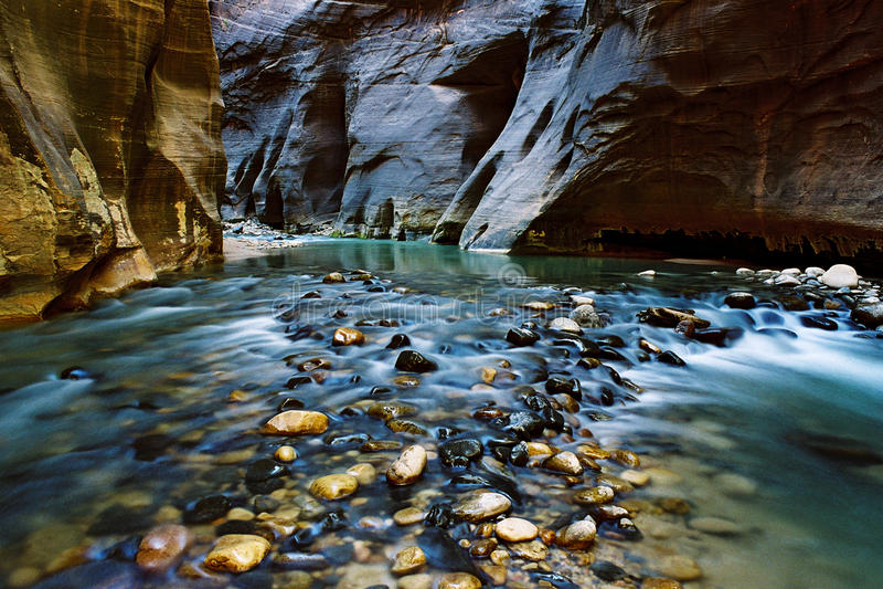Trångt pass jungfrulig flod, UT royaltyfria bilder