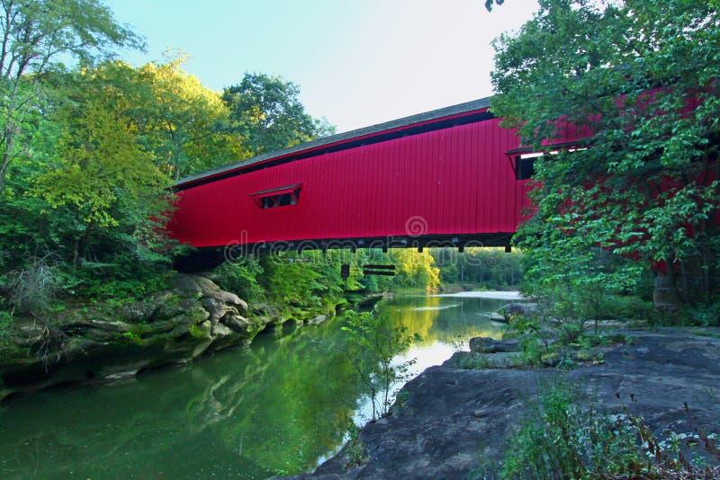 Trångt pass täckt bro Indiana royaltyfri fotografi