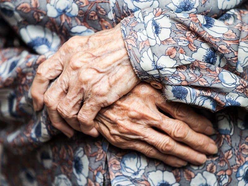 Très mains de dame âgée image libre de droits