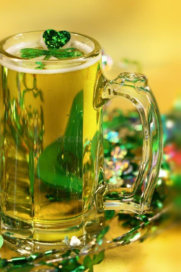 Trébol y cerveza verdes imagen de archivo libre de regalías