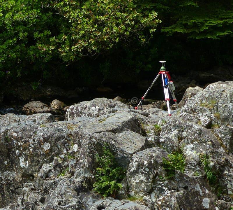 Trépied, sur des roches, rive images stock