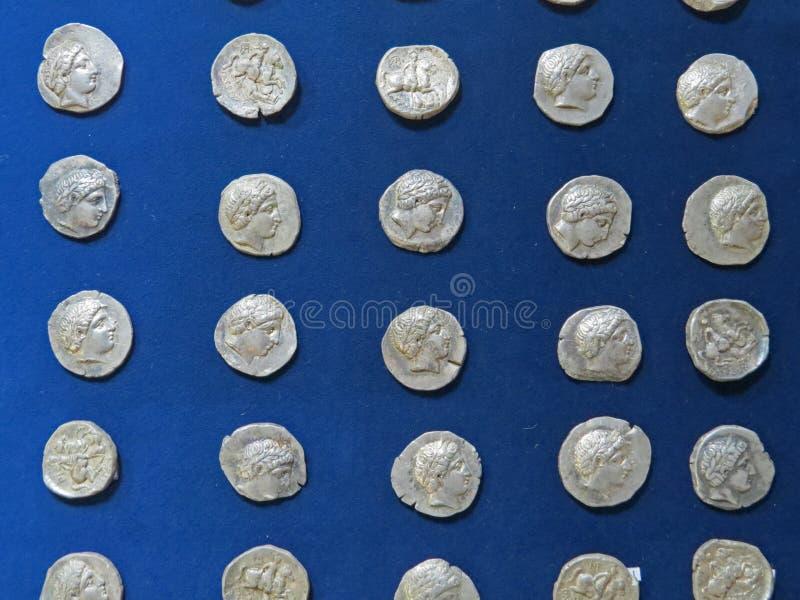 Trésor antique de pièce de monnaie Argent rond argenté embouti photos stock