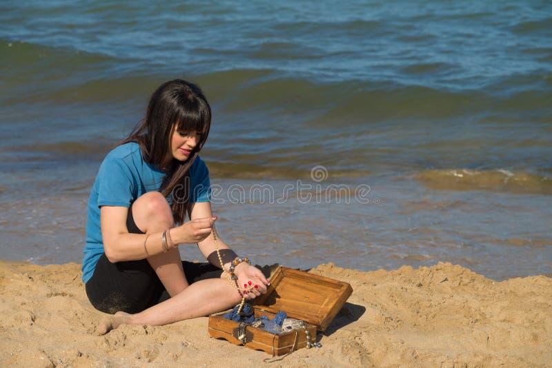 Trésor sur le sable photographie stock libre de droits