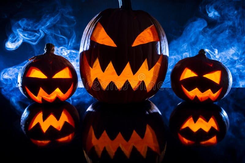 Três abóboras de Halloween no fundo do fumo imagens de stock