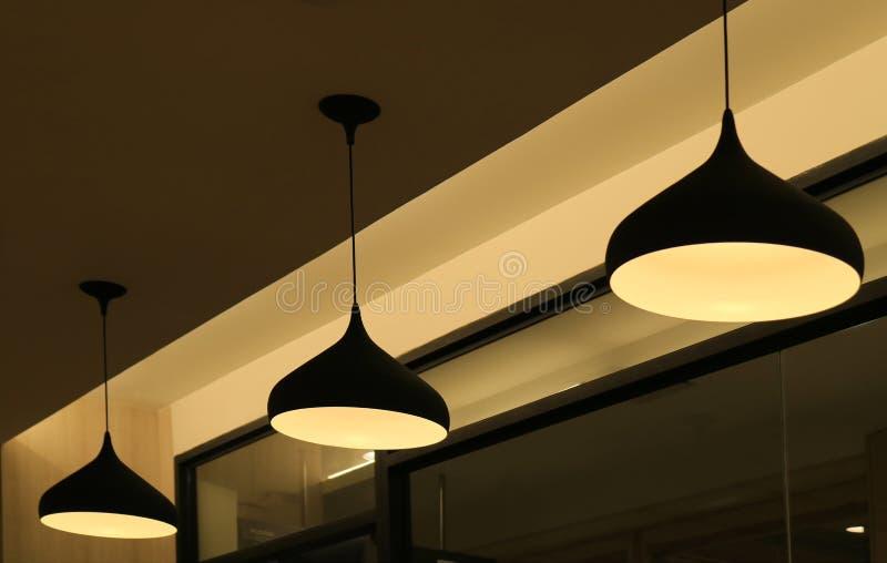 Três abajures do pendente do teto que leve acima a luz morna fotografia de stock