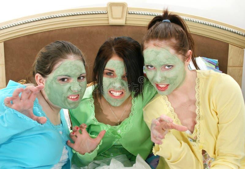 Três adolescentes na máscara facial que rosna imagens de stock