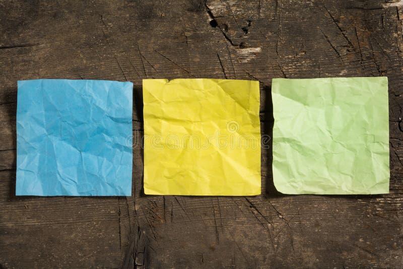Três amarrotaram papéis de nota vazios em cores diferentes imagens de stock royalty free