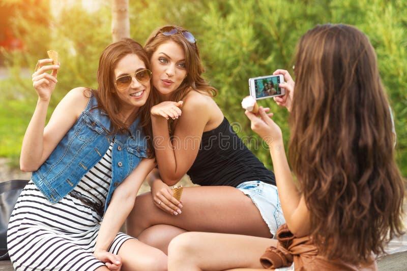 Três amigas bonitas fazem: enviando a foto do beijo fotos de stock royalty free