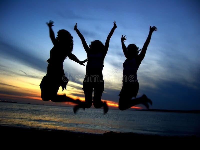 Três amigos de menina que comemoram a juventude fotografia de stock