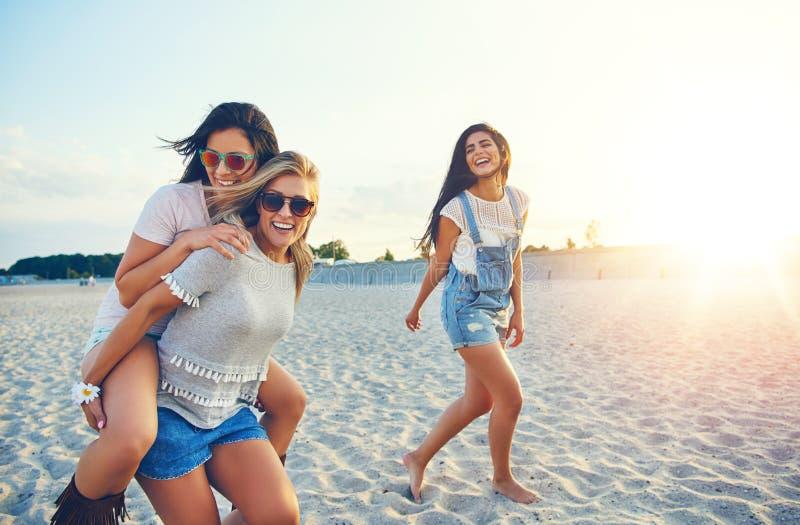 Três amigos fêmeas alegres em férias de verão foto de stock royalty free