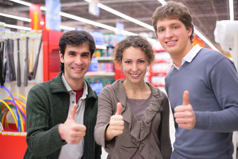 Três amigos fazem a aprovação do gesto fotografia de stock royalty free