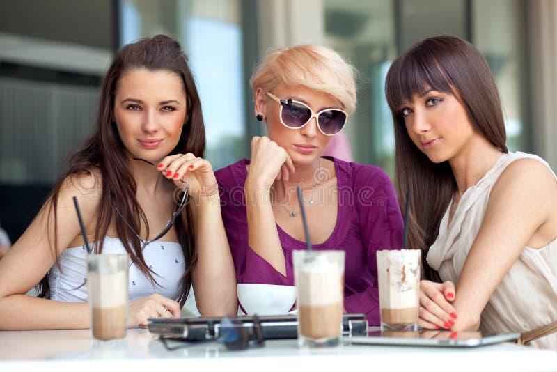 Três amigos novos bonitos foto de stock