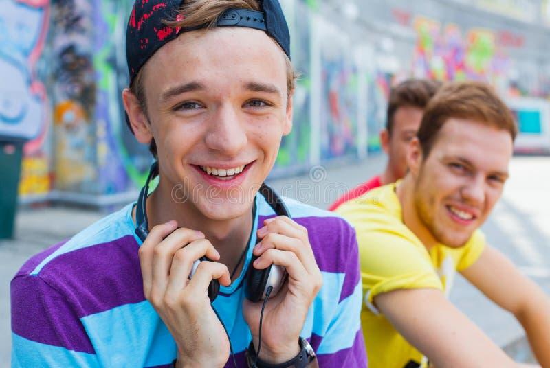 Três amigos novos felizes fotos de stock
