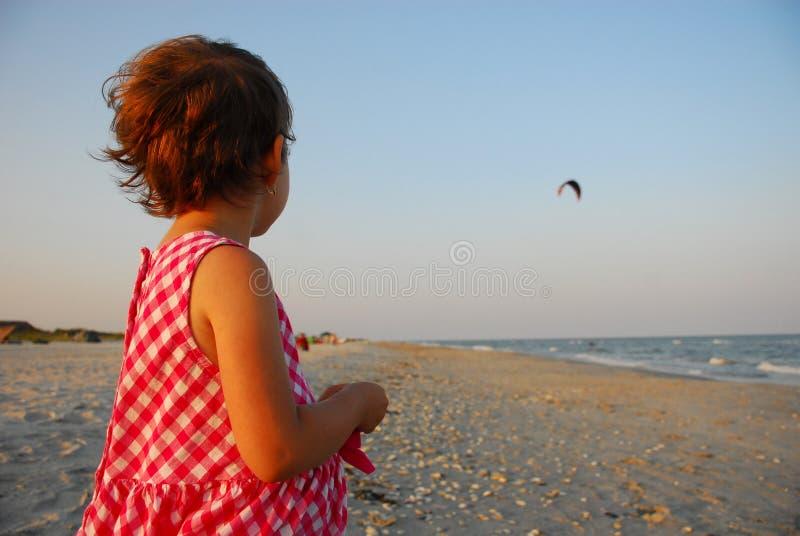 Três anos de menina idosa que joga na praia fotos de stock royalty free