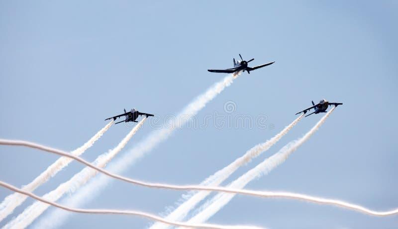 Três aviões na formação com fumo fotos de stock