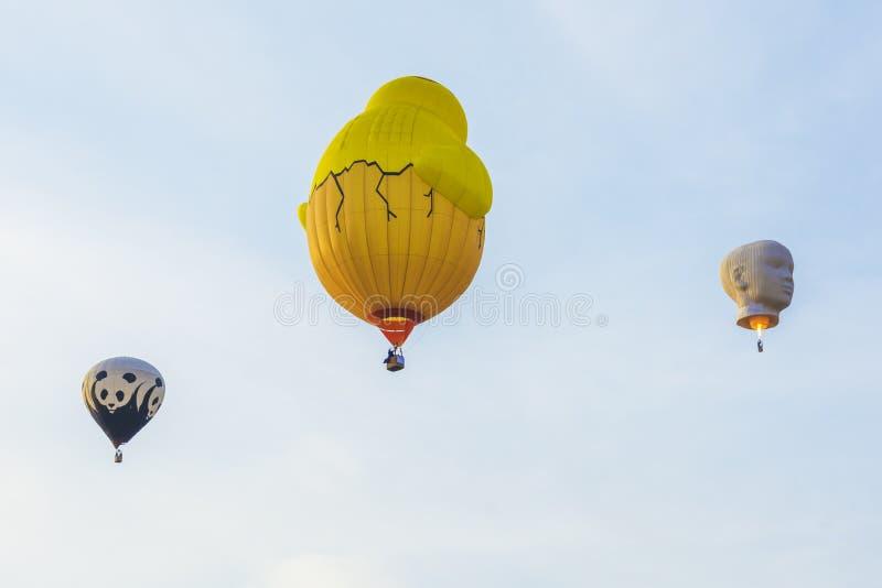 Três balões de ar quente no céu azul imagens de stock royalty free