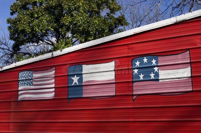 Três bandeiras de Texas pintaram na parede do metal imagem de stock royalty free