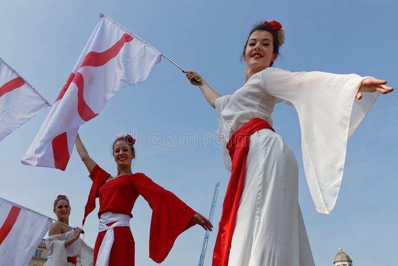 Três bandeiras e jovens mulheres inglesas imagem de stock