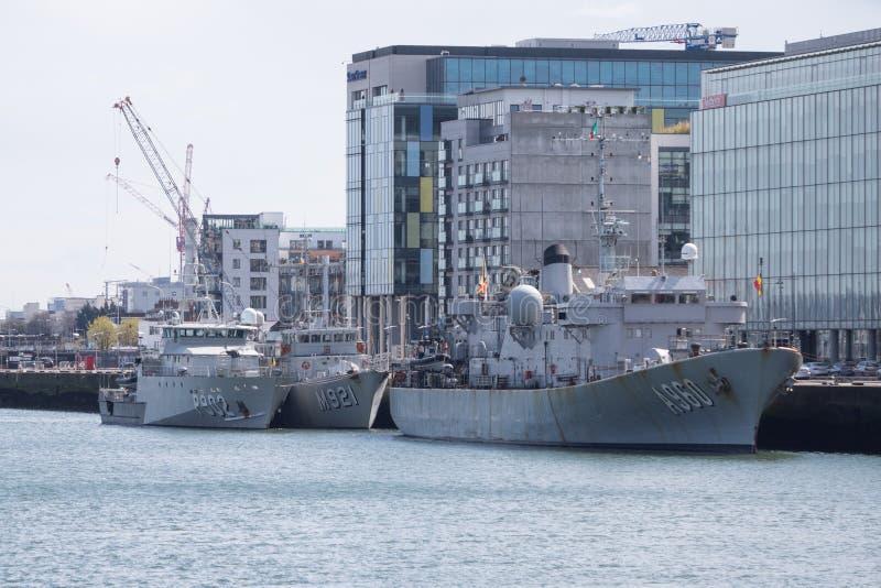 Três barcos da Armada belgas ancorados junto no rio Liffey em Dublin, Irlanda imagem de stock royalty free
