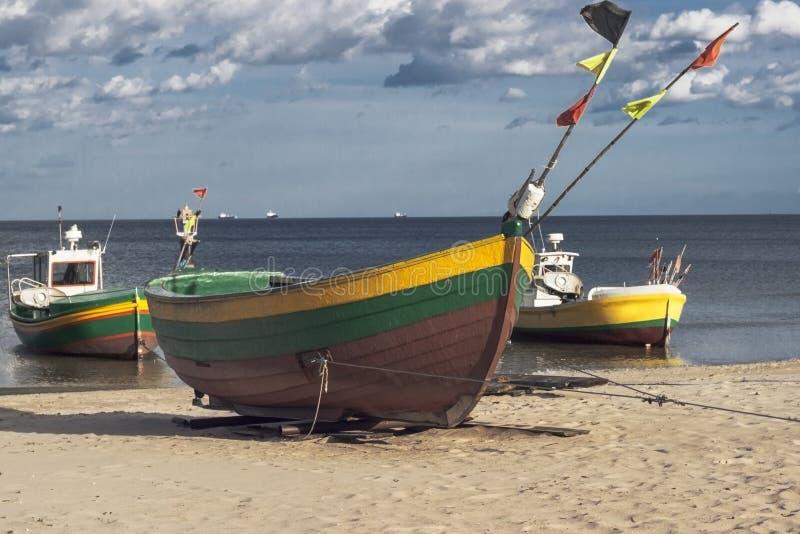 Três barcos do pescador no dia ensolarado fotos de stock