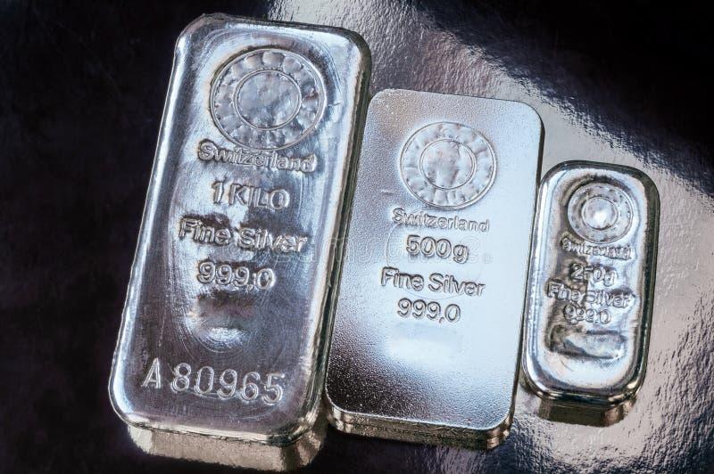 Três barras de prata do peso diferente A superfície do lingote de prata do molde fotos de stock