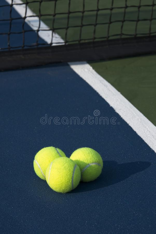 Três bolas de tênis que moldam uma sombra 2 da manhã imagem de stock