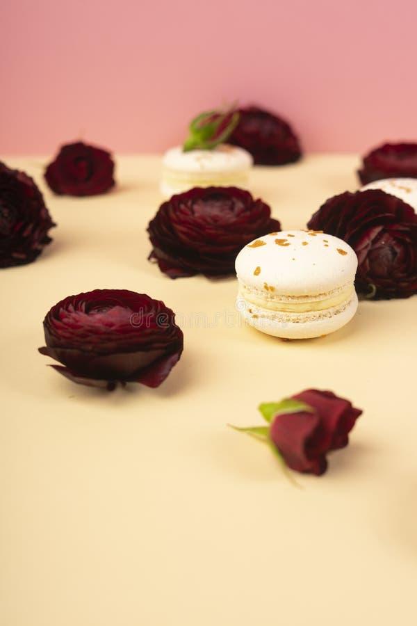 Três bolos brancos dos bolinhos de amêndoa apresentados astutamente entre os botões de foto de stock royalty free