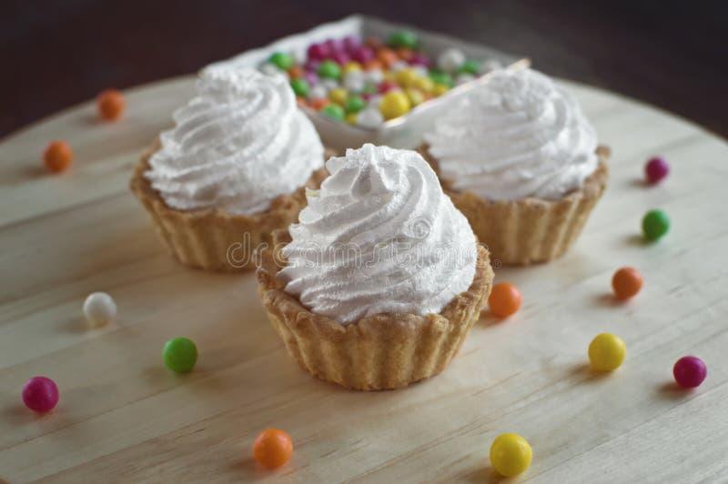 Três bolos com doces coloridos fotos de stock
