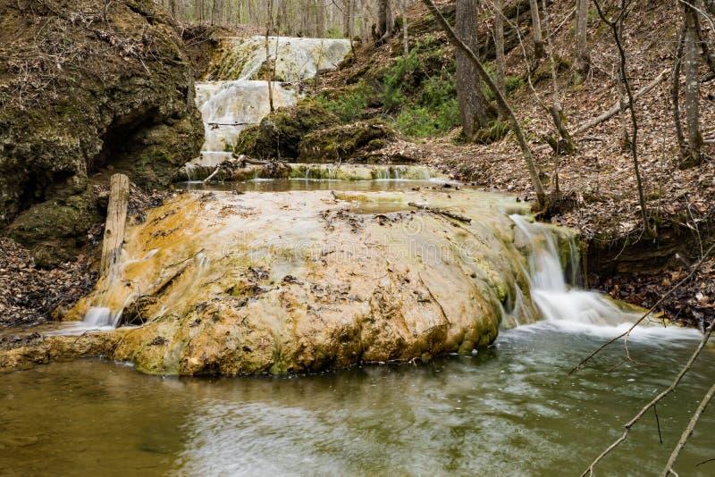Três cachoeiras de conexão em cascata do travertino imagem de stock royalty free