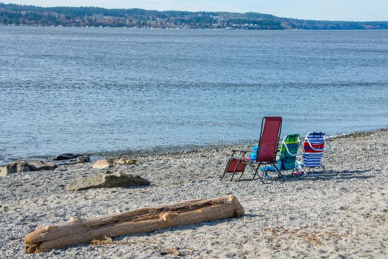 Três cadeiras de praia coloridas fotografia de stock royalty free