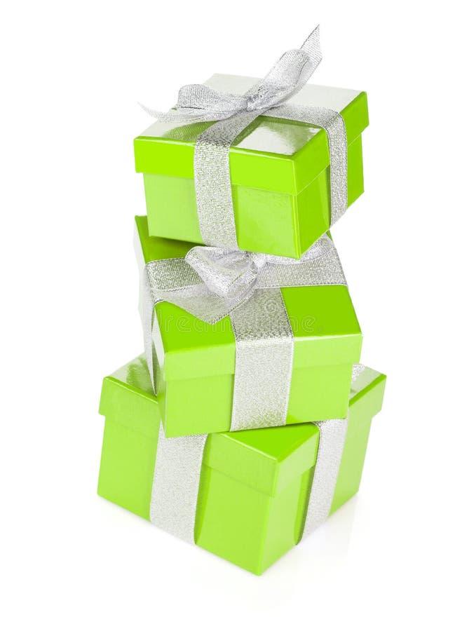 Três caixas de presente verdes com fita e curva de prata imagens de stock