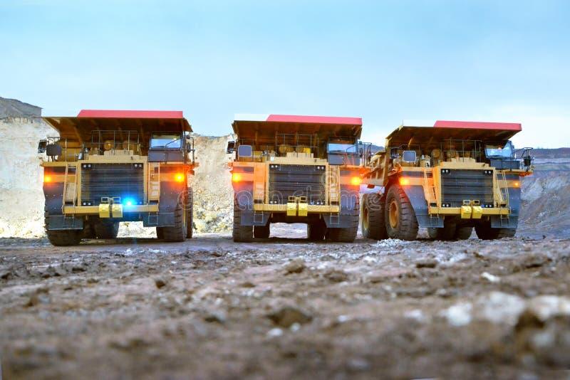 Três caminhões basculantes da pedreira com dimensões incluídas imagem de stock