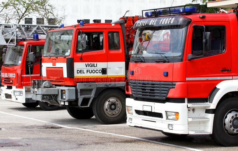 Três caminhões dos sapadores-bombeiros italianos prontos para cada emergência mim fotos de stock